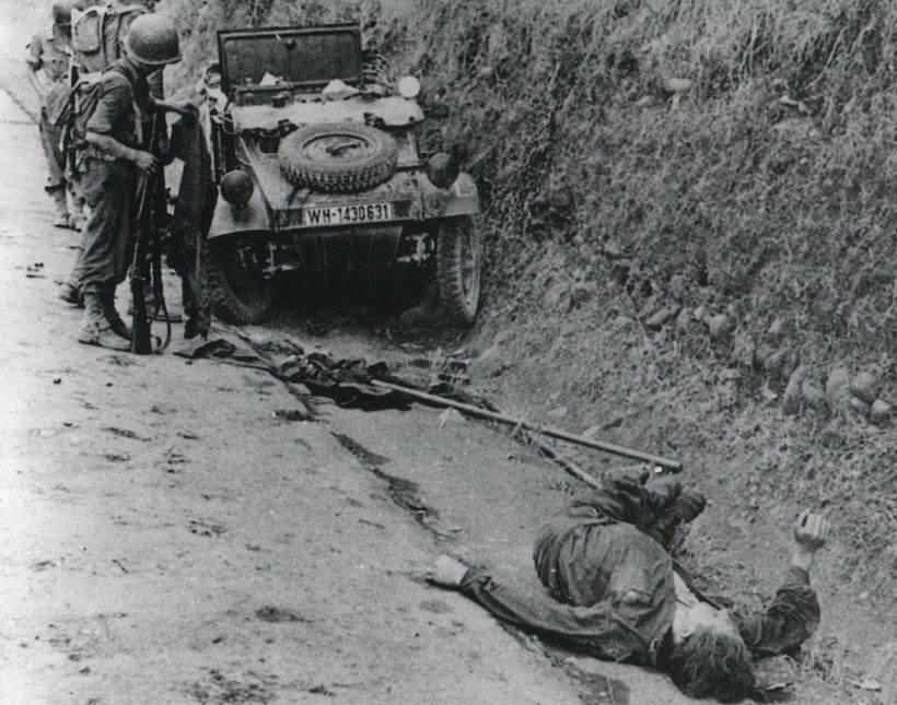"""Controllo di una """"Kübelwagen"""" Volkswagen tipo 82 di unsoldato tedesco che hanno appena ucciso (Malpertuso - Brolo)"""